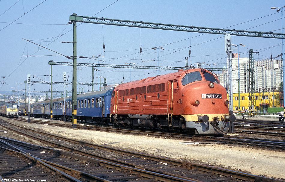 http://www.eisenbahnhobby.de/Budapest/254-39_M61-010_Bp-Deli_19-9-89_S.JPG