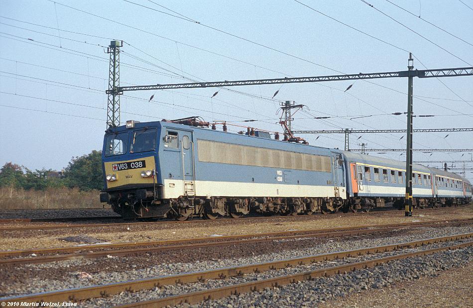 http://www.eisenbahnhobby.de/Budapest/256-13_V63-038_Bp-Kelenfoeld_21-9-89_S.JPG