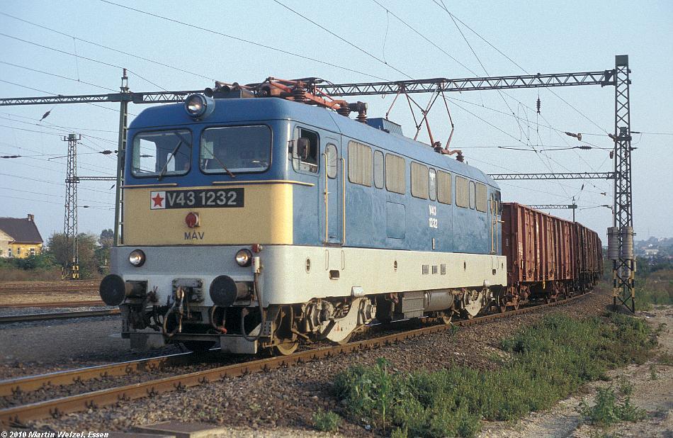 http://www.eisenbahnhobby.de/Budapest/256-14_V43-1232_Bp-Kelenfoeld_21-9-89_S.JPG