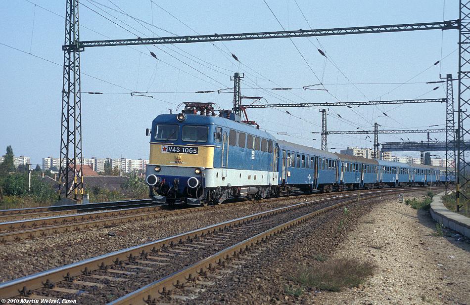 http://www.eisenbahnhobby.de/Budapest/256-1_V43-1065_Bp-Kelenfoeld_21-9-89_S.JPG