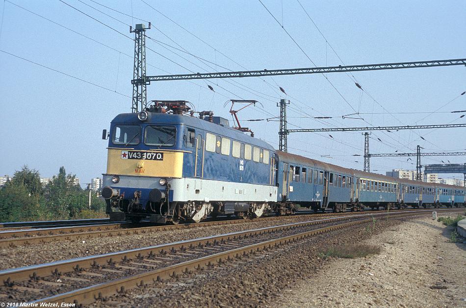 http://www.eisenbahnhobby.de/Budapest/256-4_V43-1070_Bp-Kelenfoeld_21-9-89_S.JPG