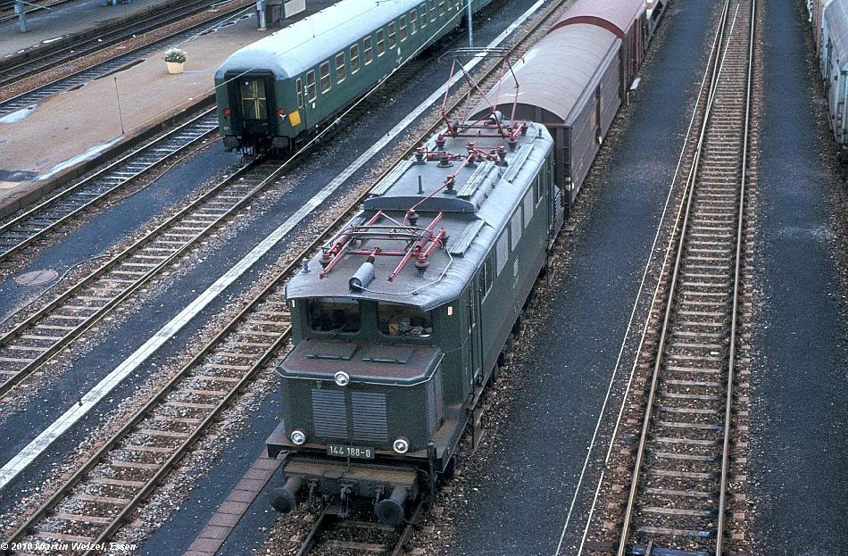 http://www.eisenbahnhobby.de/Chiemgau/75-28_144188_Rosenheim_11-8-77_S.JPG